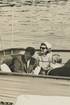 Jacqueline Kennedy Photographs: Jackie Kennedy Casual and Family Life Archive Jfk And Jackie Kennedy, Les Kennedy, American Spirit, Historical Photos, Family Life, Washington Dc, American History, Presidents, Sailboats