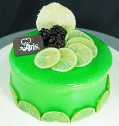 Y Seguimos festejando el Día de la Tierra con coloridos y verdes pasteles que llenarán de mucho gusto a tu paladar, decorados con GLIT® espejo para pastel sabor limón.  ¿Te gusta el limón? #cake #day #earth #pastel #pasteles #cakes #pastry #lemon #green #dessert