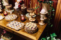 Festa Mini Wedding Marsala by Decore & Comemore // Ideia para casamento com decoração intimista. Papelaria temática e peças decorativas e móveis para locação.