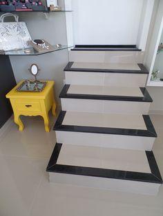 Escada com Detalhe em Granito Preto São Gabriel Stairs Tiles Design, Staircase Design Modern, Modern Stairs, Tile Design, Modern Design, Staircase Ideas, Outside Stairs, Granite Flooring, Painted Stairs