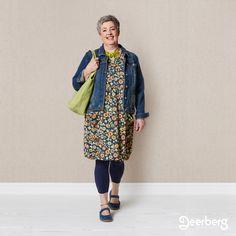 Mitarbeiterin Verena sieht in diesem Outfit mit der geblümten Tunika so frisch und fröhlich aus.
