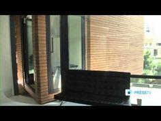 Sharifi-Ha House é uma casa projetada para se adaptar com estilo ao clima extremo da capital iraniana, Teerã, com seus verões escaldantes e invernos extremamente rigorosos.  Criada pelo escritório iraniano de arquitetura e design Nextoffice, a residência pode ser configurada de diferentes formas: dependendo da época do ano, ou simplesmente da vontade dos moradores, ela se transforma com um simples apertar de botão – girando suas estruturas em 90 graus.