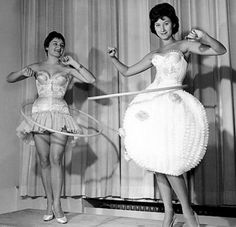 Modelling hula hoops, think the lady on the right is cheating ! 1958 the Hula Hoop was invented. Immergut Festival, Thing 1, Mode Vintage, Vintage Black, Good Old, Vintage Photos, Vintage Stuff, Vintage Toys, Dressing Rooms