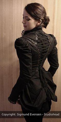 Søk: Avansert søk  BrukernavnPassord Registrer Glemt passordet Manillusion-Jakker/Kåper-Globetrotter tail coat, Sort/sand   Globetrotter tail coat, Sort/sand #6080  Fantastisk jakke med bakstykke. Gammelt verdenskart-print innerforing. Korsettsnøring i ryggen. Leatherette-detaljer på mansjetter og skuldre. Nydelige knapper i front.  Laget i 97% bomull og 3% spandex.  Maskinvask på kald, tørkes liggende.  Informasjon   Pris:Kr.1.899,-  Størrelsetype:2-Lesmer…