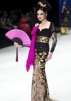 This runway look is very beautiful and cultural, but has quite modern twists with the pink sash and oversized fan. The makeup is also matching, with blush and lipstick shades in a dark pink. Indonesian Kebaya, Kebaya Bali, Batik Kebaya, Batik Dress, Kebaya Hijab, Hijab Wedding Dresses, Disney Wedding Dresses, Prom Dresses, Formal Dresses