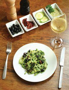 ZMES LISTOVÝCH ŠALÁTOV (zelený šalát, rímsky šalát, polníček, rukola, suš. paradajky, púčiky kapary, čierne olivy, avokádo, limetka, píniové oriešky...)