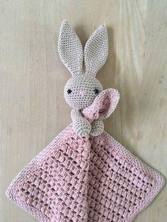 Her finder du opskriften på NuCrochet Patterns Blanket Here you will find the recipe for Nussekaninen Karla. The basic recipe for the actual cloths … Crochet Security Blanket, Crochet Lovey, Crochet Baby Toys, Crochet Bunny, Crochet Blanket Patterns, Baby Knitting Patterns, Amigurumi Patterns, Crochet For Kids, Crochet Animals