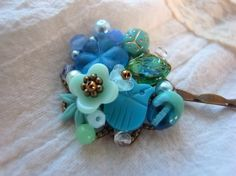 青いフラワービーズとヴィンテージフクロウビーズのヘアピン|ヘアピン|ハンドメイド・手仕事品の販売・購入 Creema(クリーマ)