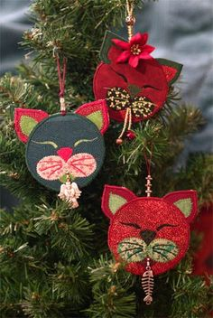 Cranberries – the quintessential Christmas decoration. Strands of cranberries strung with popcorn have been gracing Christmas trees since the Victorian era. Start a new Christmas tradition with these Felt Christmas Ornaments, Noel Christmas, Christmas Cats, Christmas Tree Decorations, Handmade Christmas, Amazon Christmas, Christmas Music, Felt Crafts, Holiday Crafts