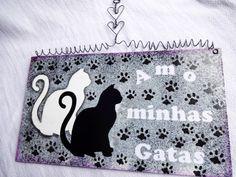 Placa homenageando o gato, animalzinho de estimação. Homenageie seu gato ou gatinha com esta bela placa elaborada a partir de diferentes pinturas artísticas e técnicas de decoupagem, aplicação de stencil e carimbos artísticos, assim como pátina. <br> <br>Você pode também presentear a um amigo ou amiga especial que ama um gatinho <br> <br> O cliente também poderá solicitar a colocação do nome do gatinho ou gatinha da pessoa que será presenteada. <br> <br>Na compra de duas plaquinhas cada uma…