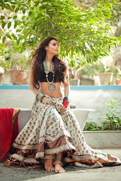rani-mukherjee-wearing-black-metal-jewellery