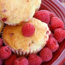 Raspberry coconut muffins (made with fat-free greek yogurt Rasberry Muffins Recipe, Coconut Muffins, Raspberry Muffins, Other Recipes, Sweet Recipes, Köstliche Desserts, Dessert Recipes, High Altitude Baking, Chocolate Chip Muffins