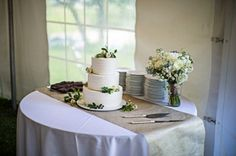 A country wedding, elegant and casual setting in Vermont at Mad River Barn. Cake Setting. www.madriverbarn.com