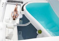 Not sure, where to stay in Santorini? Check these 10 stunning hotels and find the best place to stay in Santorini for your romantic getaway! Santorini Wedding Venue, Santorini Honeymoon, Santorini Sunset, Honeymoon Suite, Santorini Greece, Crete Greece, Honeymoon Ideas, Athens Greece, Dana Villas Santorini