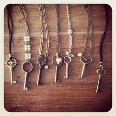 I've got to add skeleton keys to my garage sales search list. Love the skeletons! Antique Keys, Vintage Keys, Look Vintage, Vintage Jewelry, Handmade Jewelry, Skeleton Key Jewelry, Skeleton Keys, Skeleton Key Crafts, Collar Hippie