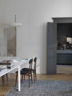 Stunning Como apartment with a dark kitchen - via Coco Lapine Design blog #diningroom #minimalinteriors
