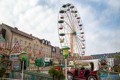 """Die Fürther Kirchweih ist das größte Straßenvolksfest in ganz Süddeutschland. In Fürth heißt sie übrigens nur """"Kärwa""""."""