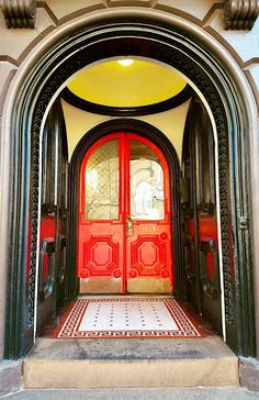 Baltimore, Maryland Art Deco entrance gets bold paint colors