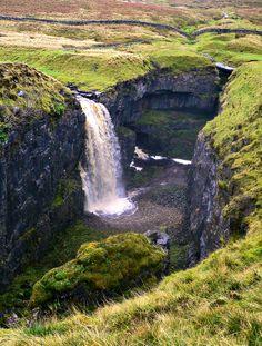 De waterval Hull Pot in Yorkshire Dales National Park in Noord-Engeland. Wat een geweldig mooie natuur!