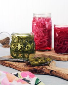 Quick Pickled Red Onions and Jalapenos are one of our favorite staples to keep in the refrigerator. They are so easy to make and will elevate any dish. Raw Vegan Recipes, Real Food Recipes, Vegan Food, Yummy Food, Pickeled Red Onions, Pickle Onions Recipe, Quick Pickled Red Onions, Red Jalapeno, Veggie Tacos