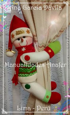 Muñecos cortineros Preciosos muñecos de nieve, ratones, jengibres, renitos y Noeles ideales para decorar las cortinas. Elaborados en ... Christmas Crafts To Make, Christmas Projects, Holiday Crafts, Christmas Holidays, Christmas Pillow, Christmas Snowman, Christmas Ornaments, Decor Crafts, Diy And Crafts