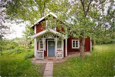 What a cute house! Red house with a blue door. Swedish Cottage, Cute Cottage, Red Cottage, Swedish House, Cottage Homes, Cottage Style, Cottage Porch, Red Houses, Little Houses