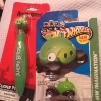 ANGRY BIRDS SET PEN AND WORLD FAMOUS MATCHING HOTWHEEL $8.25