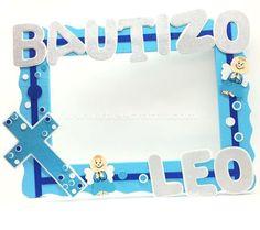 Cuadro personalizado para tomar fotos en azul y blanco de fomi con cruz y angelitos para bautizo de RBee Crafts.