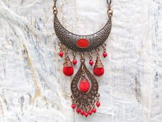 Manera de tener a mucha diversión aquí en los diseños de luna gitana! Quise crear este collar bohemio gitano en tonos cobre y rojo.  De un