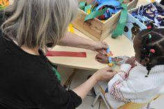 Créer des bracelets avec des enfants à partir de bâches de communication. Association ATELIER D'éco SOLIDAIRE.