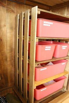 すのこを組み立てて、仕切り板とケースを使えば収納棚になるので、クローゼットの中をスッキリと収納できそうです。 Daiso, Diy Furniture, Shelter, Locker Storage, Diy And Crafts, Kitchen Design, Organization, Wood, Interior