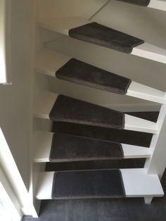 Open trap met traptredes van tapijt als loper !