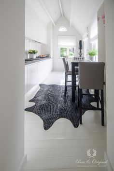 Floorpaint in the color White. On the Walls the Chalk Paint in the color Island White. Project by In/Ex Createurs