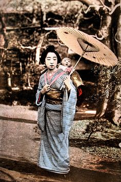 Baby mesmerized by mothers umbrella. Hand-colored photo, about Japan. Old Photos, Vintage Photos, Japan Landscape, Japanese Warrior, Japan Shop, Kids Around The World, Japanese Outfits, Japanese Kimono, Japanese Girl