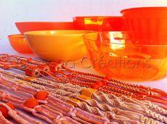 """Collection de macramés oranges réalisés par ERENA CREATIONS TAHITI. Chaque modèle est unique et """"prêt à suspendre"""" avec le tressage + son pot assorti...Il ne vous reste plus qu'à choisir la plante ou la fleur que vous mettrez à l'honneur grâce à cette déco originale et pratique !"""