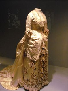 Charles Worth gown, c.1881. Victoria and Albert Museum, London.