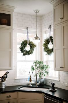 Corner sink kitchen, christmas home, christmas kitchen Kitchen Window Decor, Corner Sink Kitchen, Kitchen Sink Design, New Kitchen, Kitchen Ideas, Kitchen Tables, Awesome Kitchen, Beautiful Kitchen, Updated Kitchen