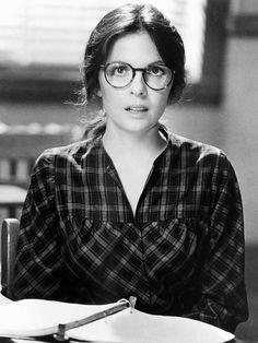 ダイアン・キートン/ 映画『ミスター・グッドバーを探して』(1977)で女教師テレサを演じたダイアン・キートンがかけていたのが、パントシェイプ。この少し丸みを帯びたシェイプ型のフレームが、いまメガネ好きがこぞってかけている最旬スタイル。