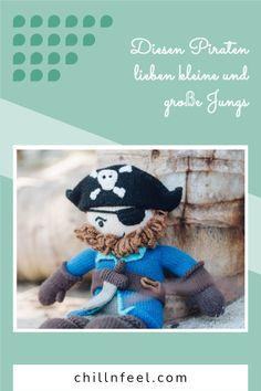 Pirat Sam - 30 cm groß - handgestrickt aus gesunder, kuschelig weicher Biobaumwolle - gefüllt mit Recycling Füllwatte - maschinenwaschbar bei 30 Grad - eine Puppe fürs Leben #chillnfeel #pirat #puppe #biobaumwolle #puppefürjungs Kind Mode, Babys, Smurfs, Recycling, Teddy Bear, Animals, Fictional Characters, Gifts For Children, Baby Favors