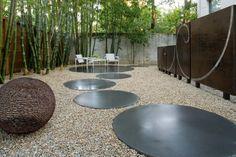 pas japonais moderne dans le jardin avec bambou