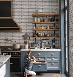 mur carrelage blanc, etagere industrielle et deco industrielle surchargé d'éléments décoratifs, sol carrelage gris