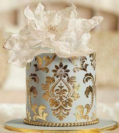 Gorgeous with gold wedding cake inspiration Fondant Cupcakes, Unique Cakes, Elegant Cakes, Creative Cakes, Gorgeous Cakes, Pretty Cakes, Amazing Cakes, Wedding Cake Designs, Wedding Cakes