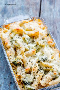 This easy cheesy pasta bake itself sounds so amusing that it is bound to bring a smile on your face as soon as you hear about it! Now take a look at it and see how your smile expands!