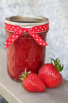 A couple of weeks ago as I was enjoying some orange breakfast muffins with strawberry jam, the thought of braving homemade preserves occurr. Strawberry Freezer Jam, Strawberry Preserves, Strawberry Patch, Strawberry Recipes, Strawberry Jam, Strawberry Fields, Chutney, Armenian Recipes, Armenian Food