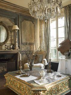 Стол из пьедестала статуи Девы Марии XVII века и хрустальная люстра XIX века куплены у антикваров