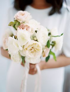 Soft and airy garden rose bouquet. Photography : Caroline Yoon Fine Art Photography Read More on SMP: http://www.stylemepretty.com/new-york-weddings/new-york-city/2016/08/19/minimal-and-modern-nyc-wedding/