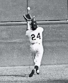 """Willie Mays (New York Giants) making """"The Catch"""" to rob Vic Wertz (Cleveland Indians) of a hit in Game 1 of the 1954 World Series. Baseball Star, Giants Baseball, Baseball Photos, Sports Photos, Baseball Players, Baseball Cards, Baseball Gloves, Baseball Series, Army Football"""