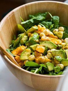 Rucola-Salat mit Mango, Avocado und Macadamia-Nüssen