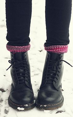 Snow day must-haves: Dr. Martens, cozy socks and big sweaters Snow day must-ha Dr. Martens, Botas Doc Martens, Dr Martens Stiefel, Doc Martens Boots Black, Timberland Boots, Dr Martens 1460, Dr Martens Outfit, Doc Martens Style, Outfits With Doc Martens