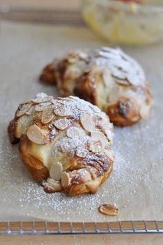 Almond Croissants, my Sunday treat, recipe yum! Croissants, Breakfast Desayunos, Breakfast Recipes, Dessert Recipes, Breakfast Healthy, Health Breakfast, Just Desserts, Delicious Desserts, Yummy Food